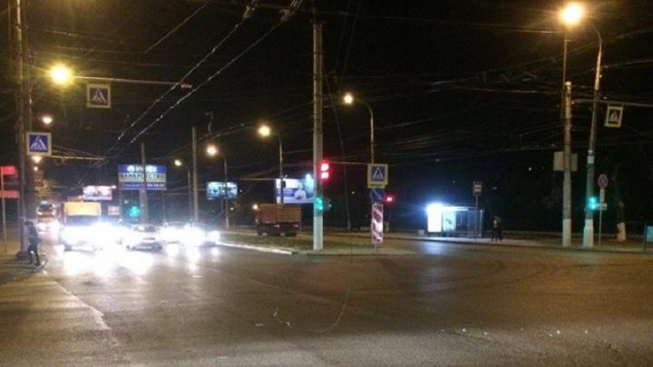Оборвавшаяся контактная сеть исхлестала машины волгоградцев на проспекте Ленина