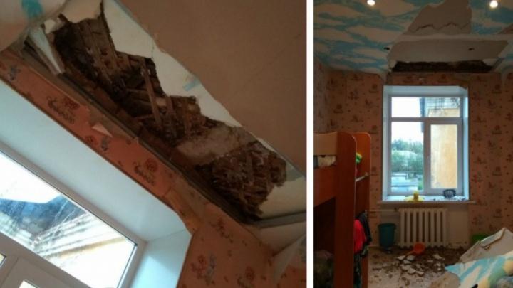 «Пять лет протекает крыша»: краснокамская УК занялась ремонтом дома после обрушения потолка