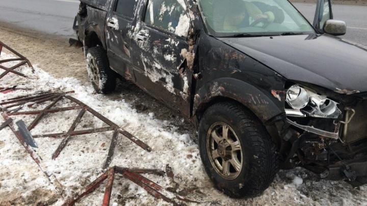 В Ярославле на набережной водитель на пикапе снёс забор