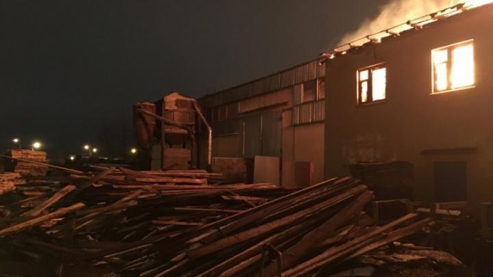 В Ярославле ночью сгорело деревообрабатывающее предприятие