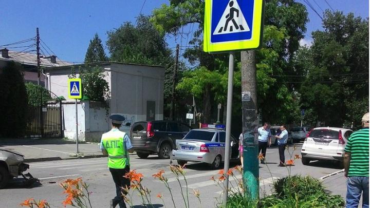 Женщина-водитель на Volkswagen врезалась в машину ДПС, пропускавшую бабушку на зебре