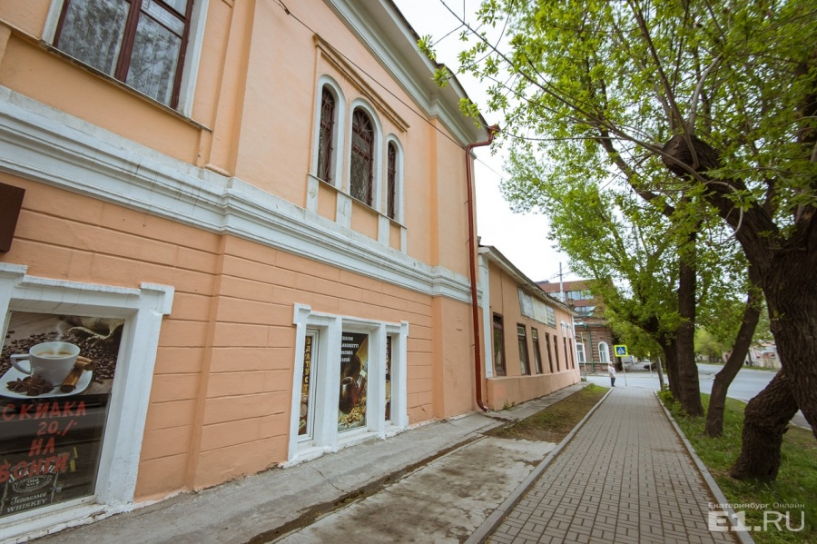 Рядом с мостом находится усадьба Нурова. С неё и начинается улица Чапаева.