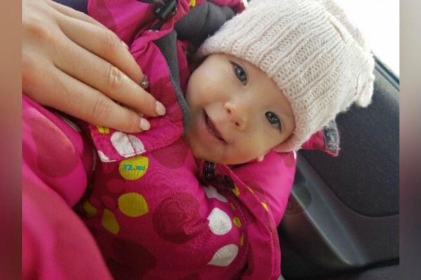 Домашние голубоглазую малышку называют Росей. Совсем недавно ей исполнился один год