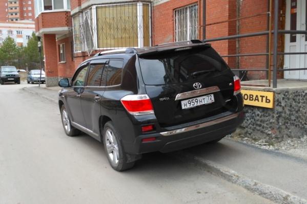 Водитель внедорожника заехал на тротуар у дома № 124 по улице Широтной