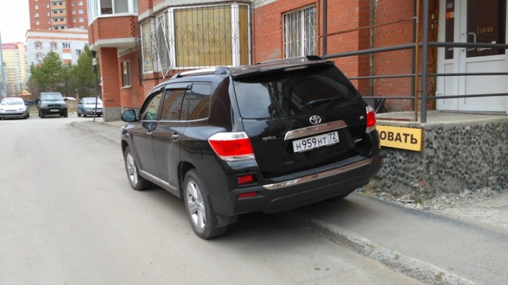 «Я паркуюсь, как ...»: новая подборка автохамов от читателей 72.ru