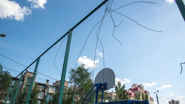 Другая сторона Невской: в Волгограде забыли привести в порядок дворы вдоль клиентского маршрута