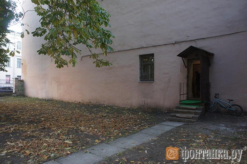 Вход в нежилое помещение, где жила таджикская семья с ребенком