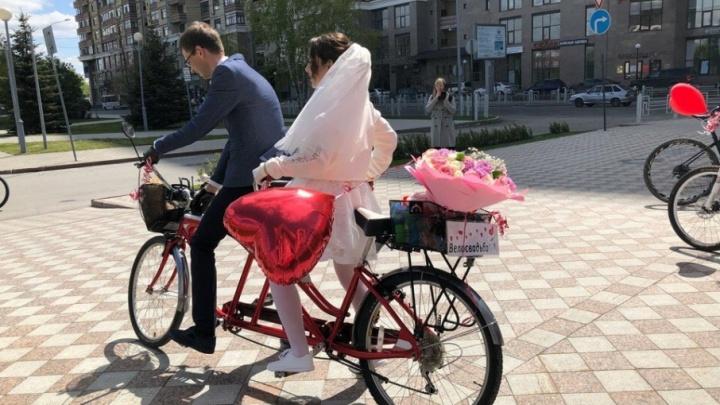 Гости в трико, невеста в кроссовках и необычный кортеж: в Тюмени прошла велосвадьба