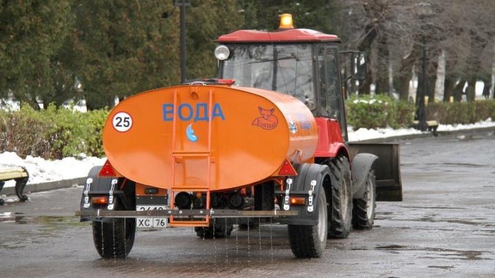 В Рыбинске снег стали поливать минералкой