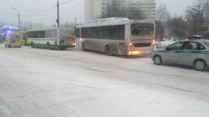 «Водитель много раз нарушал ПДД»: в Перми при столкновении двух автобусов пострадала пассажирка