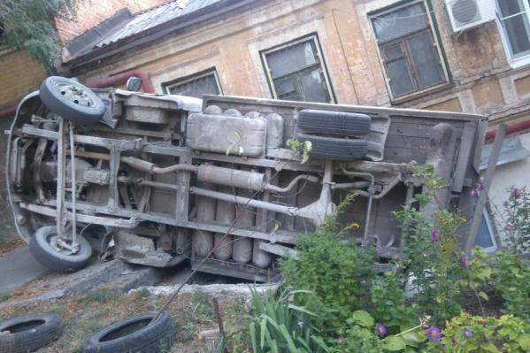 Перевернувшийся автомобиль перегородил лестницу