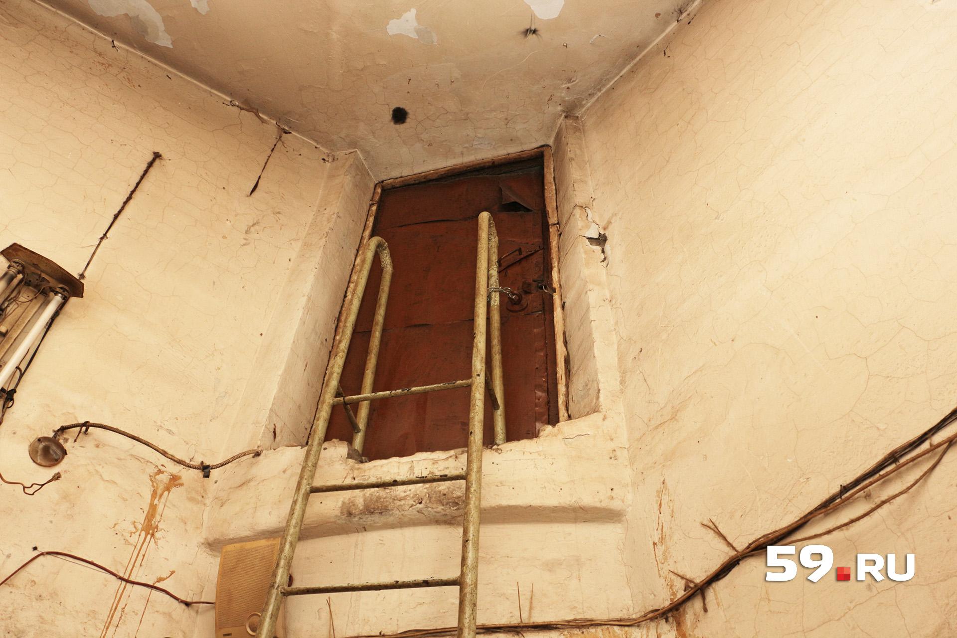 На башню ведет лестница, но дверь закрыта