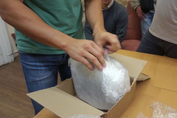 Продать наркотики, полученные в посылке, мужчина планировал в Челябинске