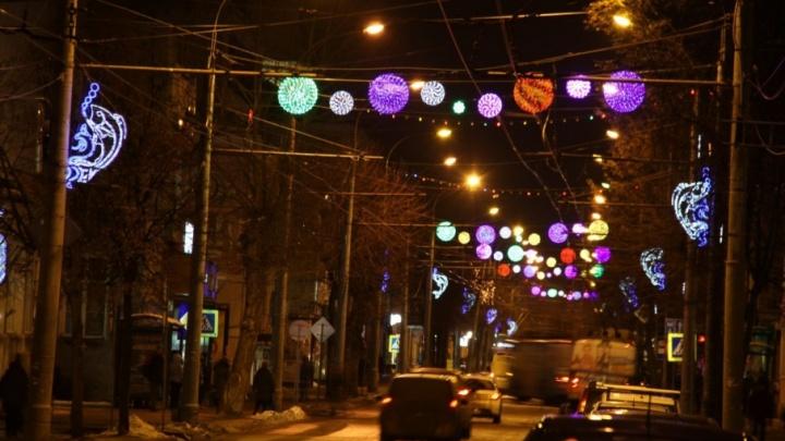 Центральную улицу в Рыбинске украсили большими разноцветными шарами
