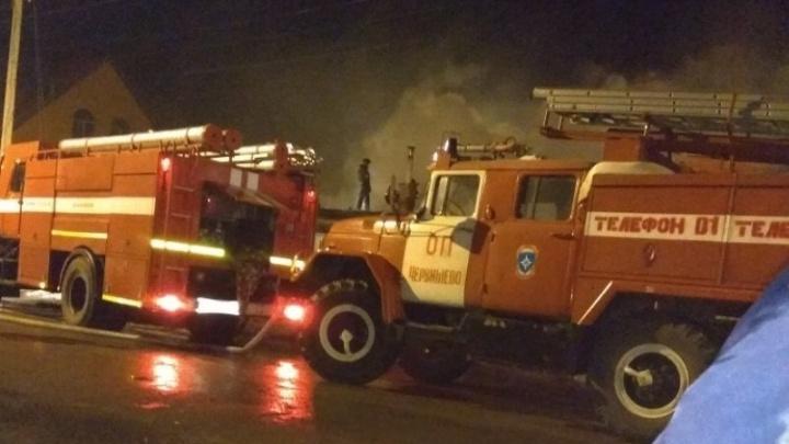 Пожар в Большом Тараскуле: местные жители помогали соседям спасать вещи, а сотрудники МЧС выносили баллоны с газом