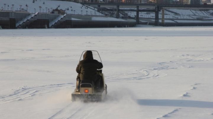Тюменцы, устраивающие гонки по замерзшей реке на снегоходах и автомобилях, могут получить штраф