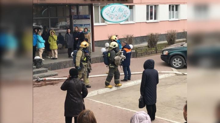 Из-за задымления на 13-м этаже эвакуировали гостиницу «Двина»