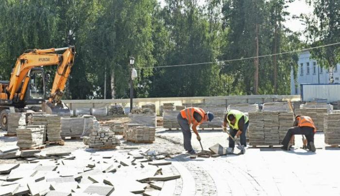 В Ярославле около Успенского собора начали снимать расхлябанную плитку