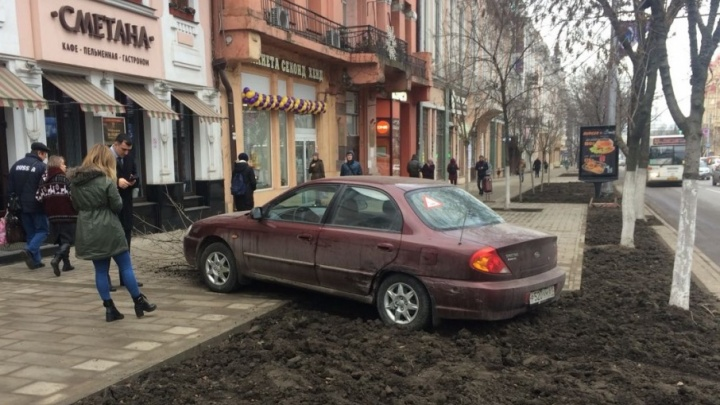 Ростовчанка на KIA протаранила два автомобиля и вылетела на тротуар на Большой Садовой