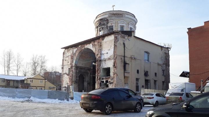 У храма, вырубленного из хлебозавода, снесли стену и построили 12 метров колокольни