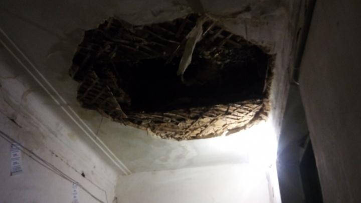 В подъезде многоквартирного дома в Кировском районе Волгограда рухнул потолок