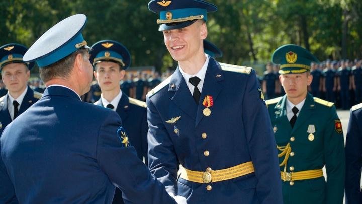 Расправили крылья: курсантам челябинского училища штурманов вручили дипломы