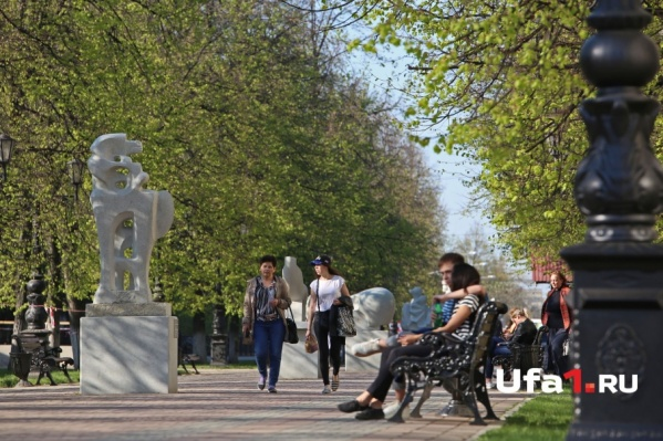 Парки и скверы радуют свежей зеленью и распустившимися цветами