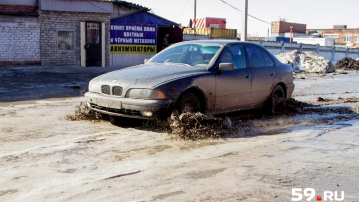 «Дорогу не ремонтируют уже несколько лет»: в Перми затопило улицу Фоминскую