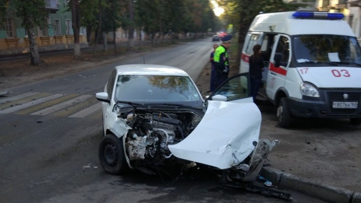 В Самаре Volkswagen вытолкнул «Приору» на газон и потерял капот