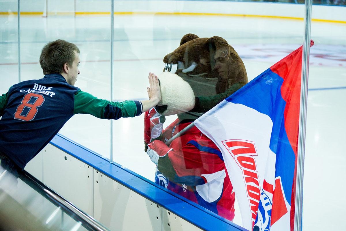 На лед вышел и маскот «Локомотива» — Мишка