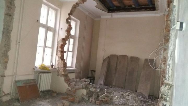 В детской поликлинике челябинской «запретки» обрушилась стена