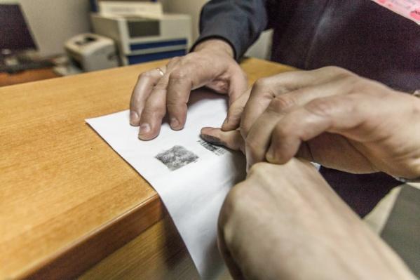 Поймать преступника удалось с помощью отпечатков пальцев