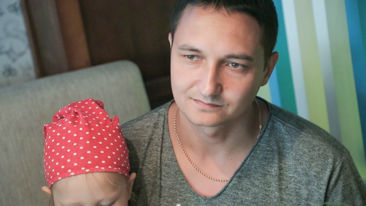 Супруг Василий во всём поддерживает Настю и даже подаёт идеи по развитию бизнеса