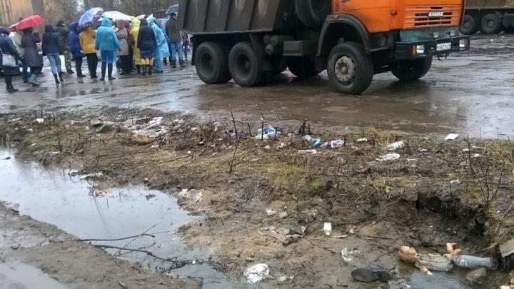 «Плевок в лицо работникам культуры»: в Ярославле бюджетников заставили разгребать под дождём свалку