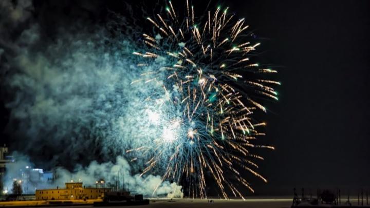 Как горело небо над Архангельском: фотографии новогоднего фейерверка
