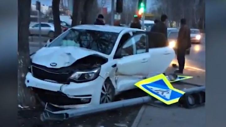 На Чернышевского водители двух иномарок сбили пешеходов и снесли дорожный знак