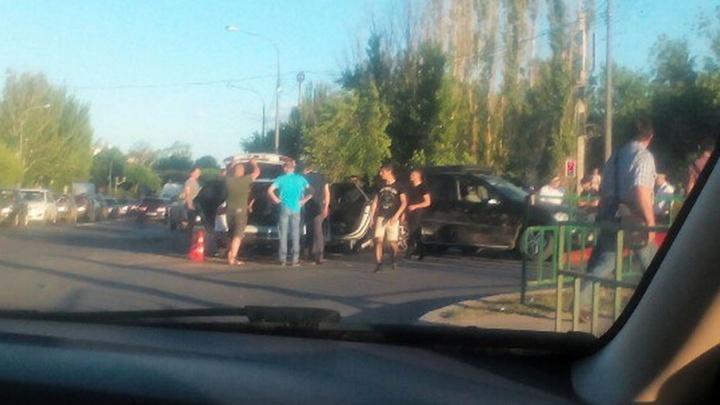 На Волжской ГЭС возникла гигантская пробка из-за аварии на въезде в Волжский