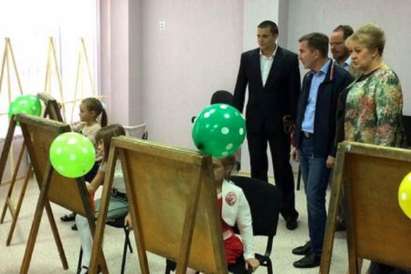 Дети рисуют на открытии нового культурного центра в Белой Калитве