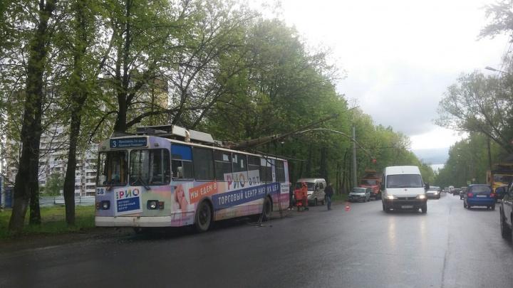 В Ярославле на Тутаевском шоссе на троллейбус свалился столб