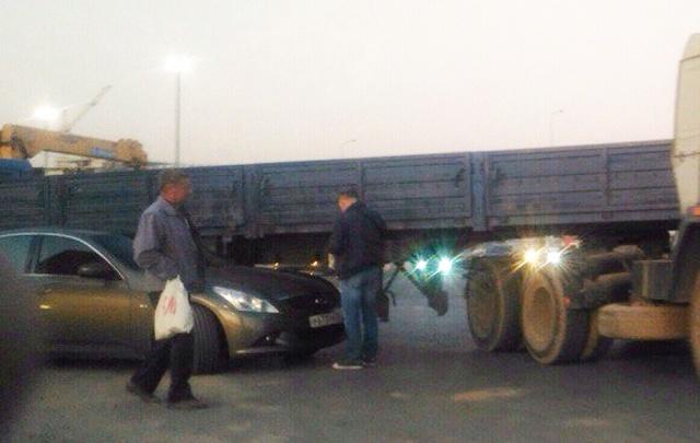В Ростове автомобиль Infiniti попал под КАМАЗ