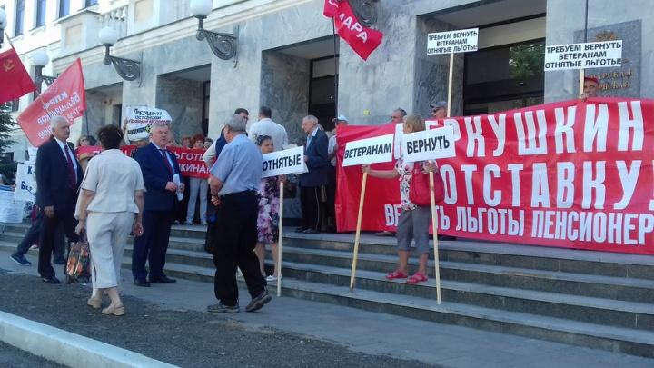 В Самаре пенсионеры закрыли вход в губдуму с требованием вернуть льготы