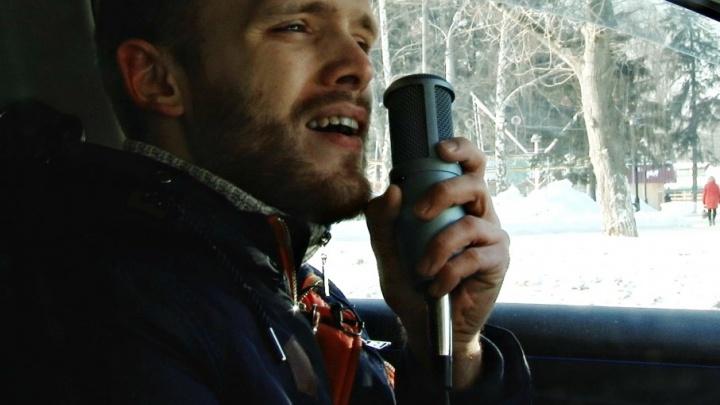 «Со мной люди на работу едут и поют»: электрик запустил в Самаре караоке-такси
