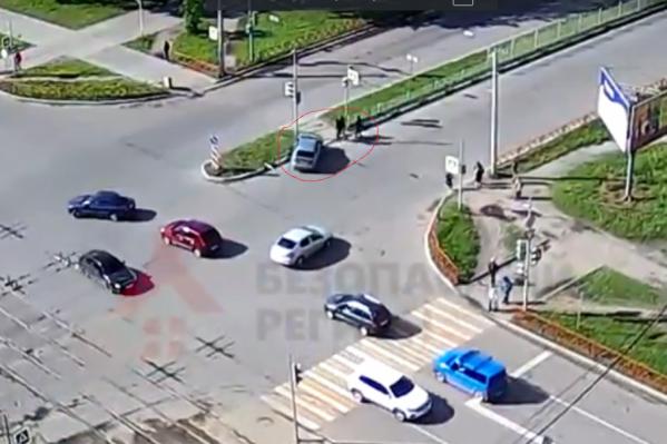 Водитель чудом не налетел на пешеходов