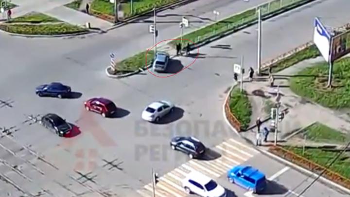 Спас пешеходов ценой авто: момент серьёзной аварии в Брагино попал на видео