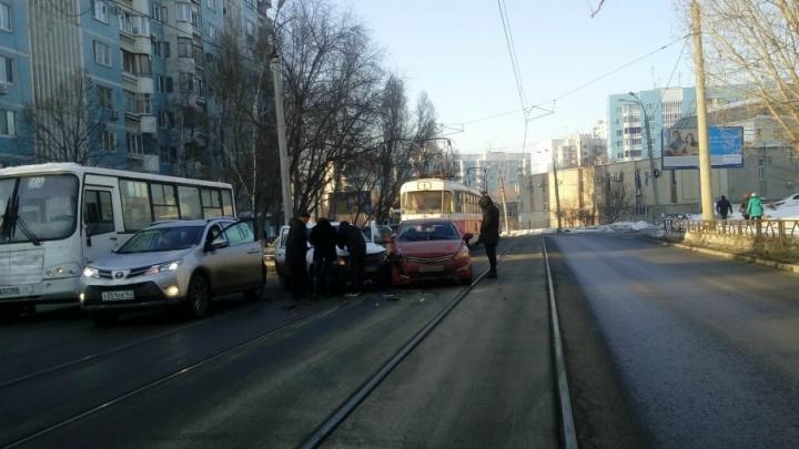 Трамваи встали: на пересечении Пензенской и Владимирской столкнулись Hyundai и «Гранта»