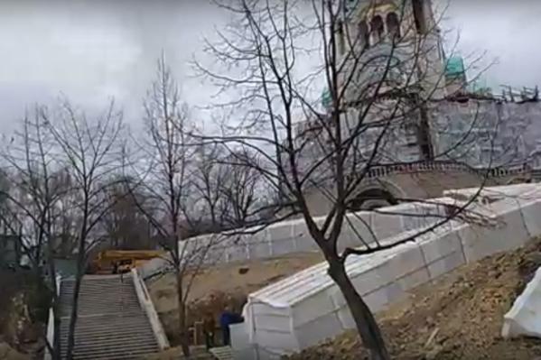 К памятнику и храму будет вести лестница