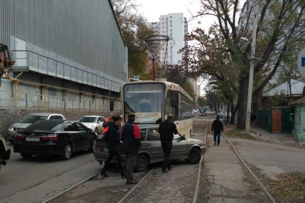 Трамвай врезался в автомобиль, заехавший на пути