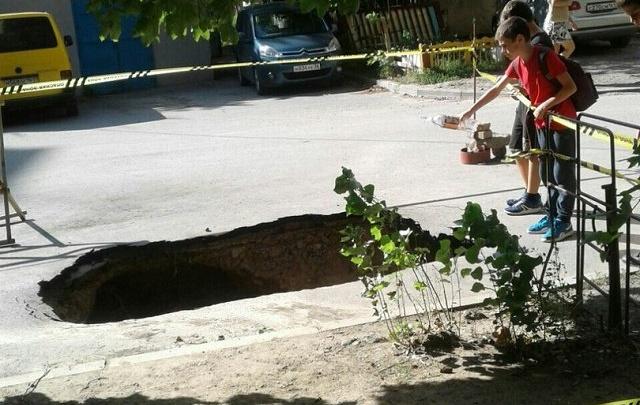 Огромная дыра в асфальте образовалась возле ростовского лицея на Северном