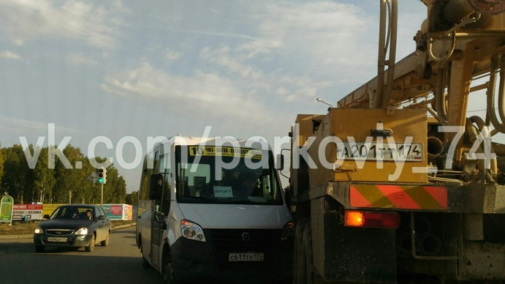 В Челябинске маршрутка не поделила дорогу со спецтехникой