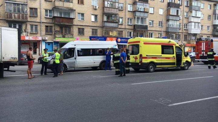 В центре Челябинска разбилась маршрутка, шестерых увезли на скорой